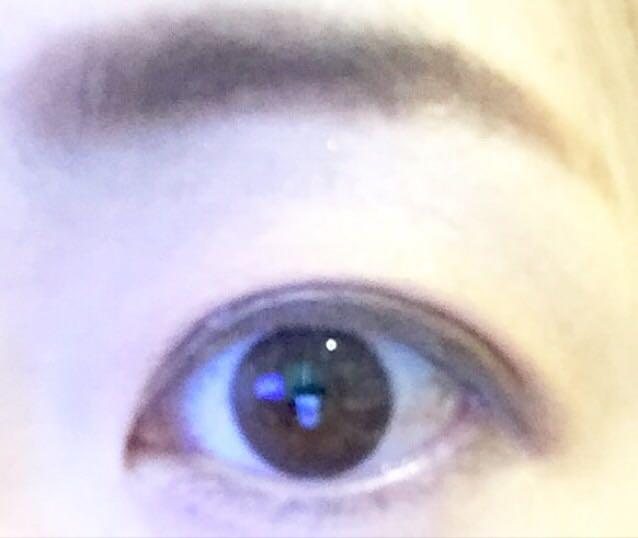 アイシャドウは、ベージュ系でグラデーション。目のキワは濃い茶色でひきしめる。