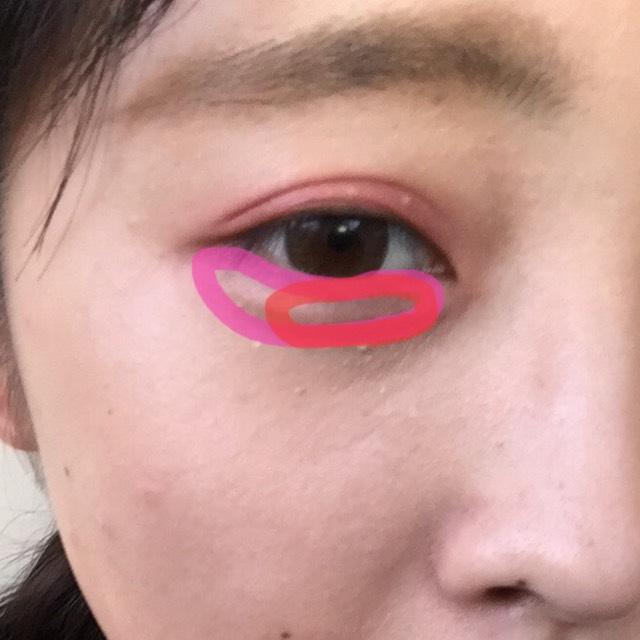 用Canmake的淡粉色塗抹整個下眼瞼,紅色的自用宅眼角的部分!參考照片!