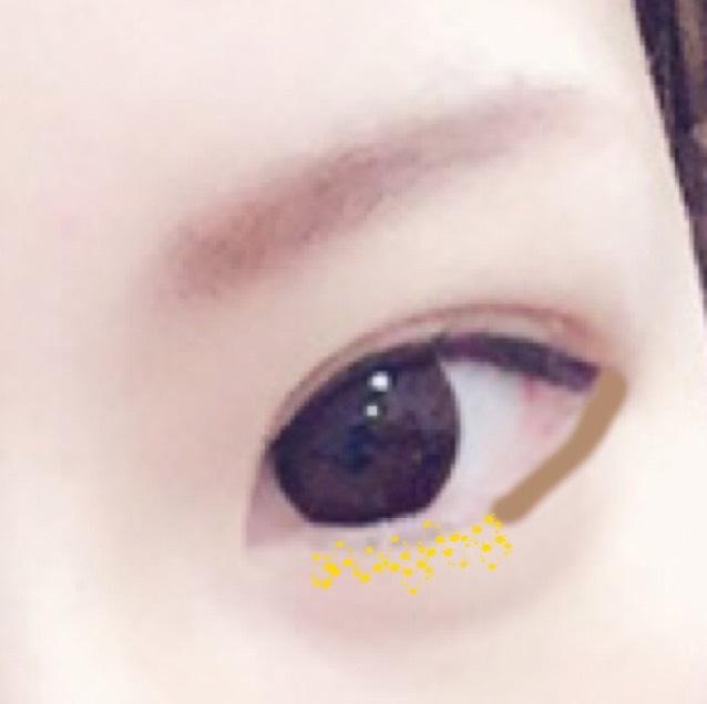 目尻側に薄い茶色か濃い茶色を半分まで入れる!これは 細いブラシでやろう! そしたら目の下に また キラキラを!