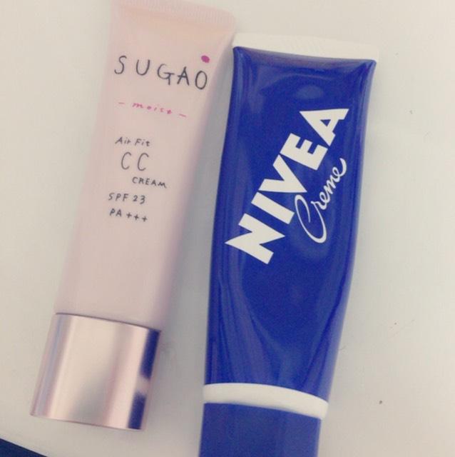 SUGAOのCCクリームとNIVEAを全体に塗ります。 NIVEAと混ぜることで 肌がもちもちするし、のびがいいです!