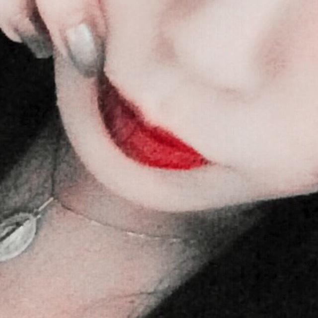 赤のマッド系のリップを塗り、ラメなし黒シャドウで半分を塗りセンターでぼかしつつグラデに。 唇薄い人はオーバーで大丈夫です!