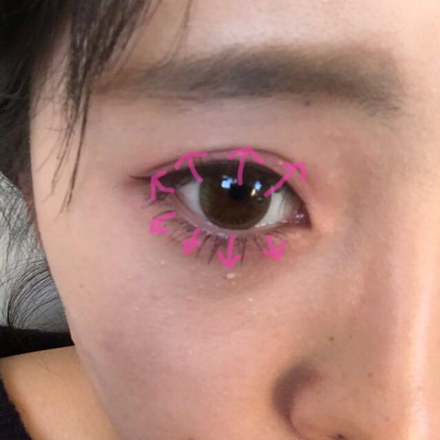 眼線按照自己的眼睛來畫!睫毛膏是Dolly Wink的棕色!首先橫著刷好全部的睫毛,然後按照照片的方式豎著刷!