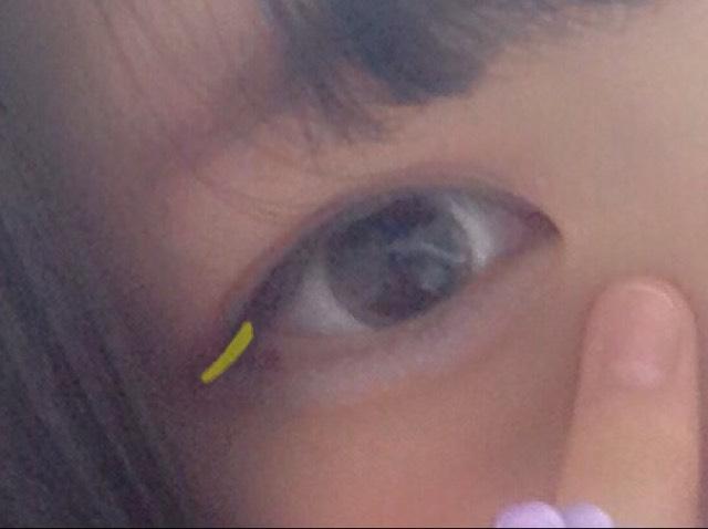 黄色線の部分に黒のアイライナーを引きます  細く!!