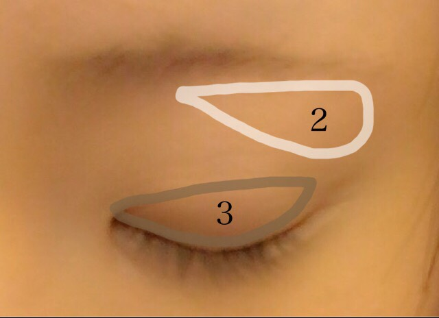 眉毛のハイライトと 二重幅にシャドウを入れます。