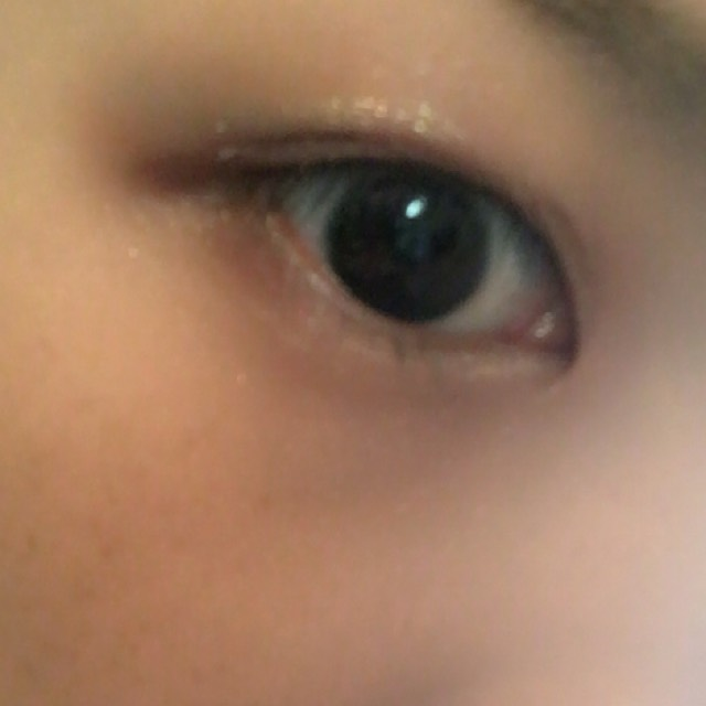 KATEのアイシャドープライマーを指で塗りキラキラした目元を作ります