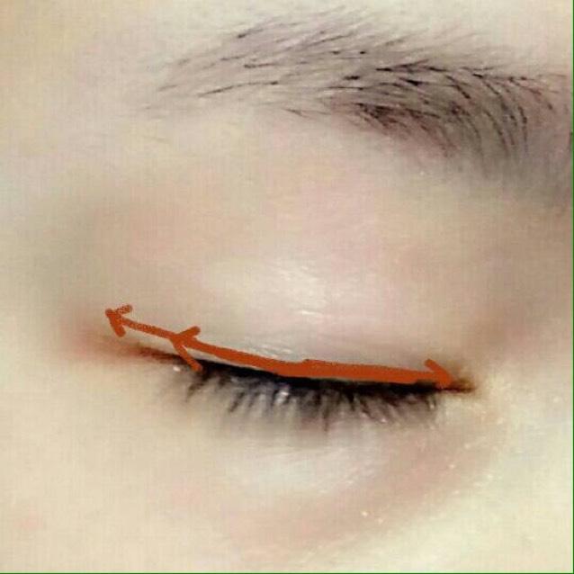 濃いめのブラウンシャドウをラインのように目の際にのせ、少しだけ跳ね上げ気味にオーバーラインさせます!