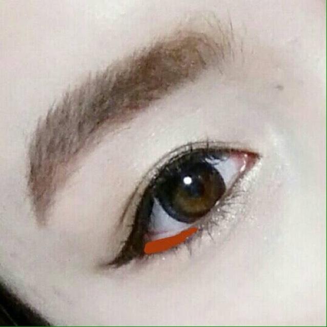 目尻は三角気味にまつげの生え際から粘膜に被らないように描きます!リキッドアイライナーで描いたのが消えちゃったら描き足してください!