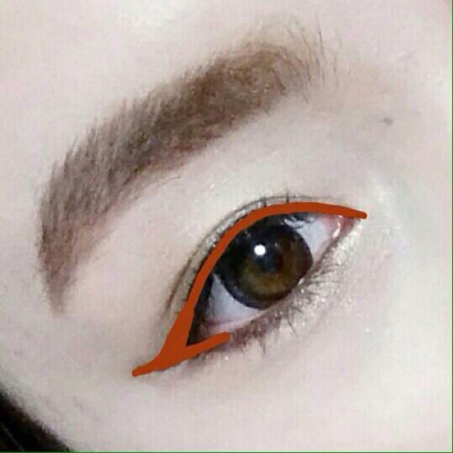 リキッドアイライナーでしっかり目頭から目尻跳ね上げ気味に描いていきます!(三日月アイ目指すために下も目尻だけラインをつなげてください)