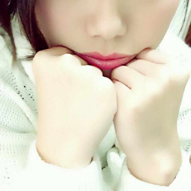 次に明るめのピンクの口紅をリップクリームを塗った上に唇の真ん中にポンポンとのせていきます。