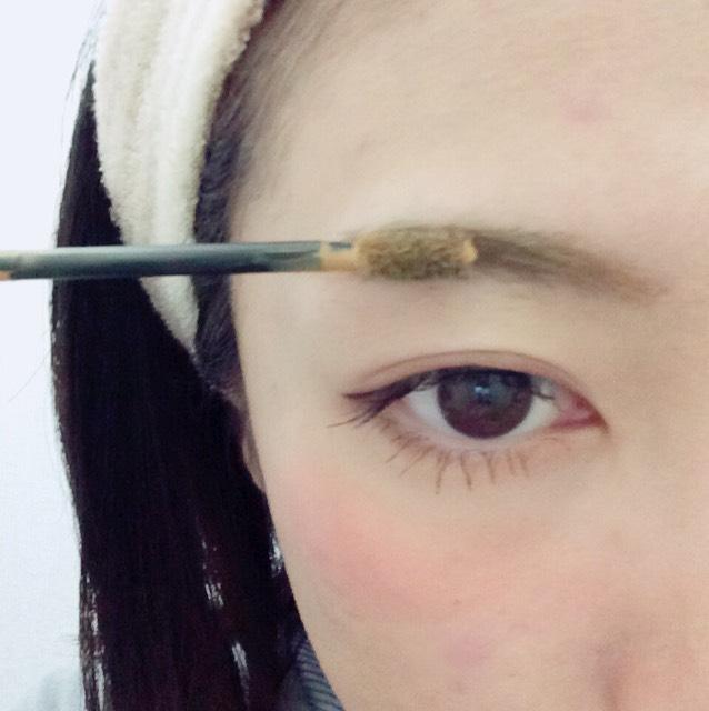 眉マスカラを毛流れに沿って塗ってください。