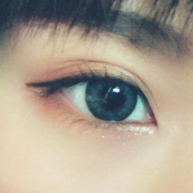 瞼と下瞼にオレンジのアイシャドウをぬり、目頭にエチュードハウスのラメライナーをぬる