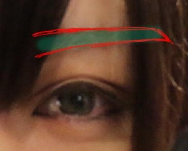 赤→眉ペンシル 緑→シャドウ でぼかしながら書きます 最後に100均のアイブロウコートを塗ると眉が消えないです