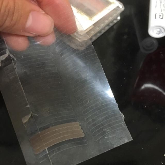 次に使うのはダイソーで買った絆創膏みたいな二重テープです