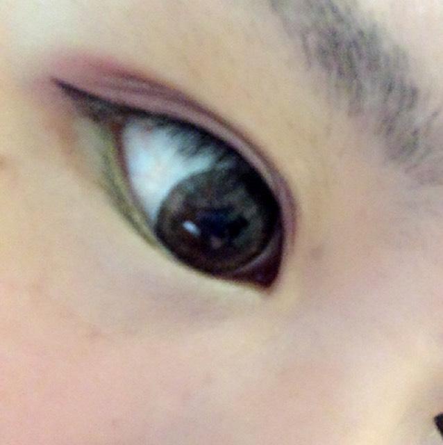 下まぶたには明るいグリーンを。目尻から黒目の下あたりまで入れます。