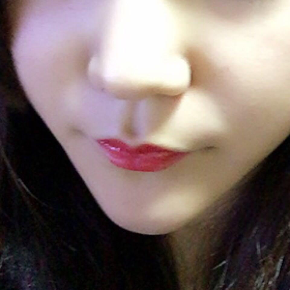 10,最後にメイベリンの      リップクリームを塗った後        アイシャドウとしても     使用した赤リップを     ブラシで唇に乗せて     完成です✩°。⋆