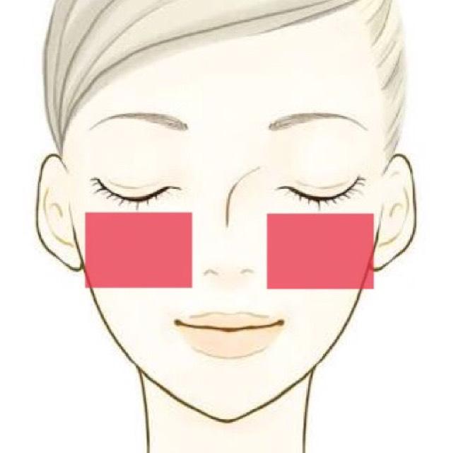 使ってたコットンを2枚に分ける。目の下の頰にコットンを貼ってコットンパック!