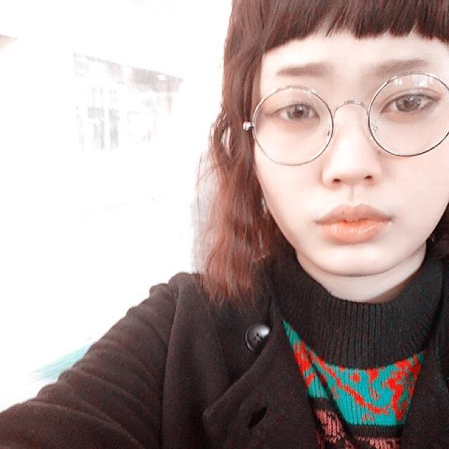 あとは、丸メガネをつければ完成。 髪の毛はストレートアイロンでくねくねしただけ! とっても簡単です!