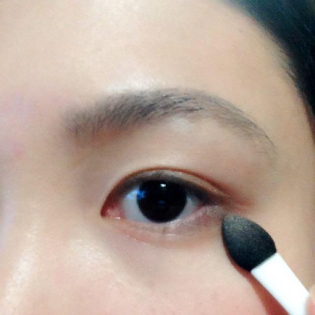 ③を目尻から黒目の外側に置いて少しぼかします。