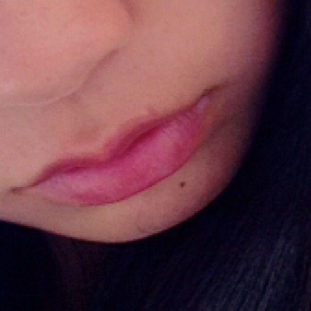 そして唇にコスメの⑥を最初にぬってそれからコスメの⑦をのせます