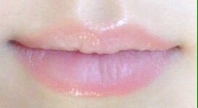 乾燥する場合は、保湿をしてから、輪郭をとる。 そのときに、上の唇を少しオーバーにかき、さらに山をなくすようなイメージにする。