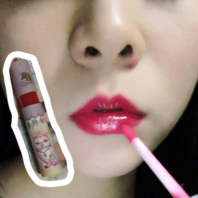 グロスを重ね塗りします(◜௰◝)  アイテムは【エコネコ☆リップグロス】   ※全体に塗るのではなく中心にだけ塗ります。 すると唇が立体的に見えます(◜௰◝)