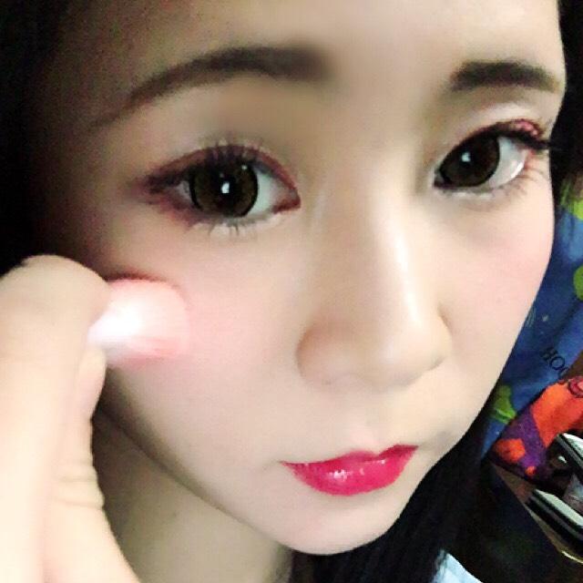 チークを塗ります(◜௰◝)  アイテムは【キャンメイク☆グロウフルールチークス】  色は気分で変えますが良く赤系を選びます(◜௰◝) 目の下から頬骨に滑らせていきます(◜௰◝)