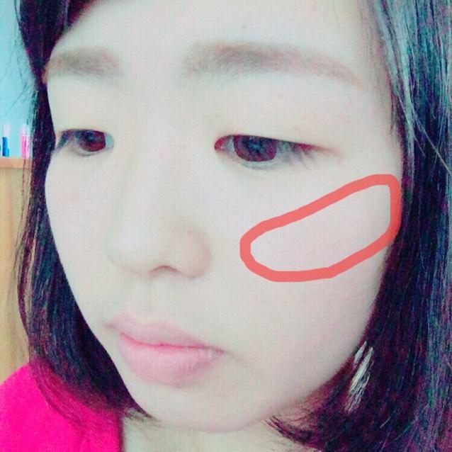 クリームチークは、頬骨くらいから、斜め上にむかって入れる。