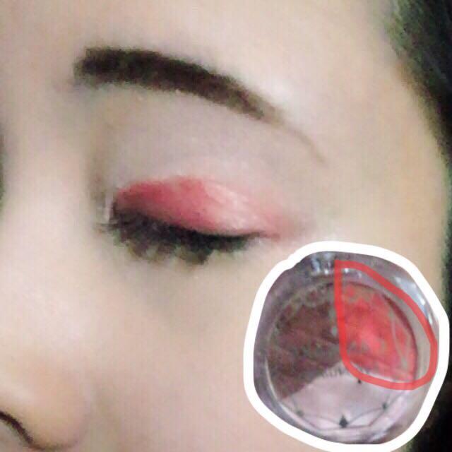 さっき使ったシャドーの赤を、二重の瞼に入れていきます(◜௰◝)  ナチュラルにしたいのでしたら、チップではなく薬指でポンポンと乗せていくとgoodです☆(◜௰◝)