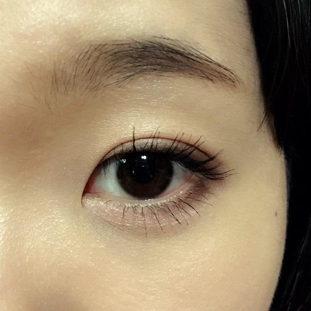 次にマスカラ。ボリュームタイプのものを使いました。上まつげは黒目の上がなるべく濃くなるように、下まつげは目尻は多めにつけて、目頭側にいくにつれて薄くなるよう意識して塗ります。目の縦幅拡張+たれ目+涙袋強調を狙った塗り方をしてみました。