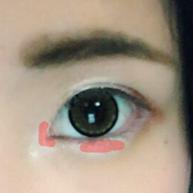 涙袋のぷっくり感を出すため ピンク色のところに白のシャドウを乗せます。  目頭はボカして 目の下はボカさないで濃く残しておきます(◜௰◝)