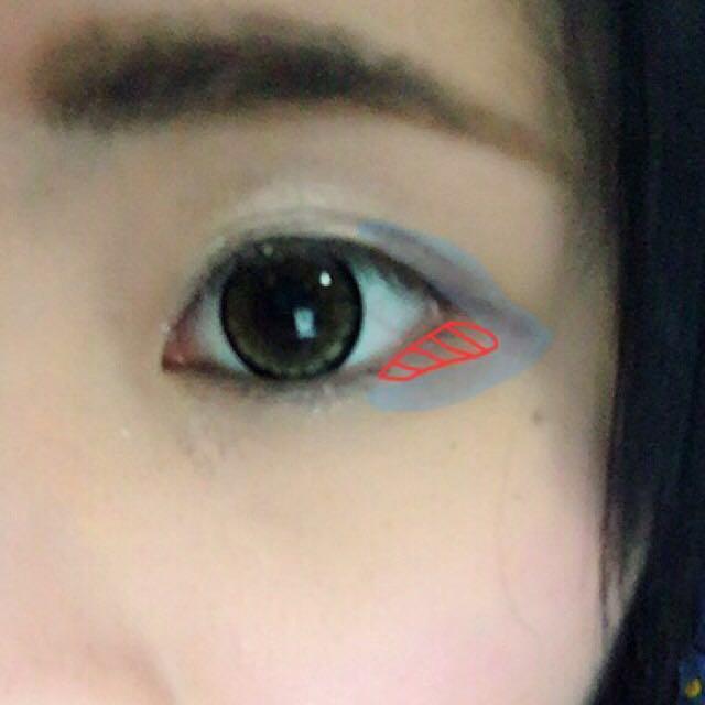 青の色のところに ブラウンのアイシャドウを乗せます(◜௰◝)  目頭を避けて オレンジ色のついてある三角形を囲うように カラコンの中心まで書きます。
