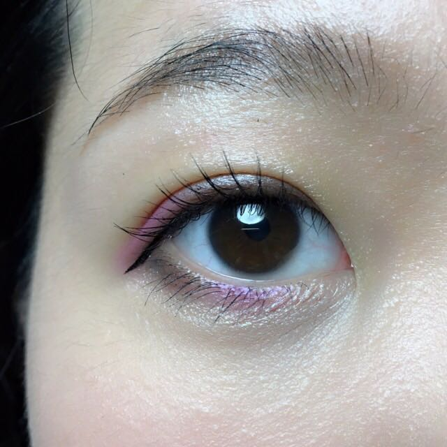 アイラインは目尻にだけ、下に払うように描いて、アイメイクはこんな感じになりました。マスカラはロングタイプなのでボリューム感は物足りないですが、ピンクシャドウをまつ毛で隠さず見せることができます。下まつげも目頭側を薄くすると、黒目下のピンクと涙袋が映えます。