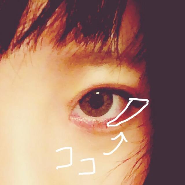3.目尻の所に薄い方のブラウンを、目尻側に濃く広くなるように、目尻から目の中程、黒目の下あたりまで入れる。