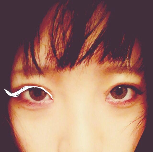 6.アイライナー(茶色)で目頭から目尻までまつ毛の間を埋めるように書き、目尻からくるんと跳ね上げラインを書きます。 そして、マスカラ(黒)をぬる。たっぶりと。だまにならないよう長くボリューミーになるように塗る。 下まつげは特に塗る、真ん中が1番長くなるように塗る。