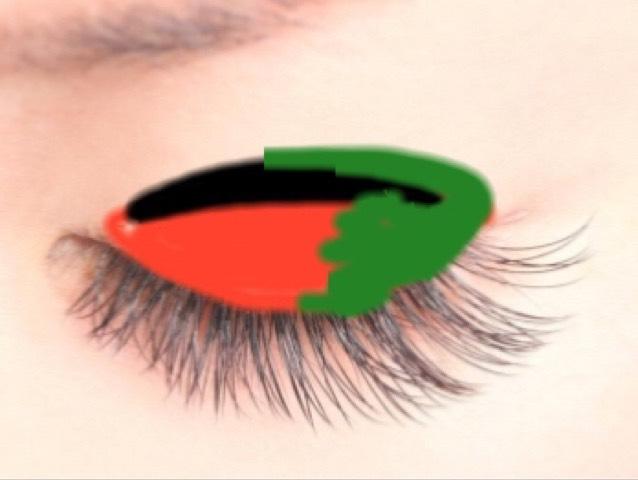 なるべく深い緑を目尻側にグラデーションになるように 入れてく。