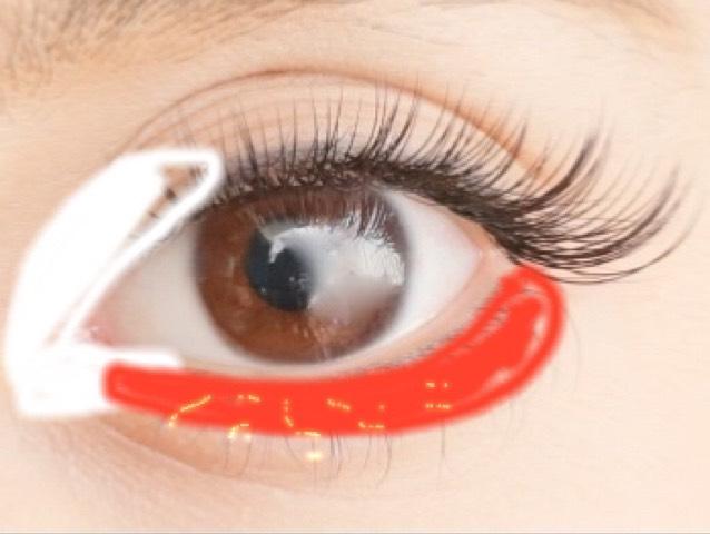 目頭には ハイライト 入れ過ぎ注意! 目の下は まぶたに使った赤と同じ色を入れる!そしたら真ん中にキラキラを! あとはまつ毛をつけるなりして 完成(。-_-。)