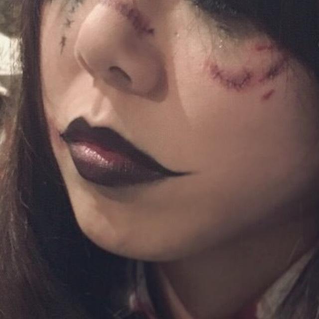 アイライナーでつり目を意識しつつ細く書く 唇にも。唇は口角が上がるイメージで。