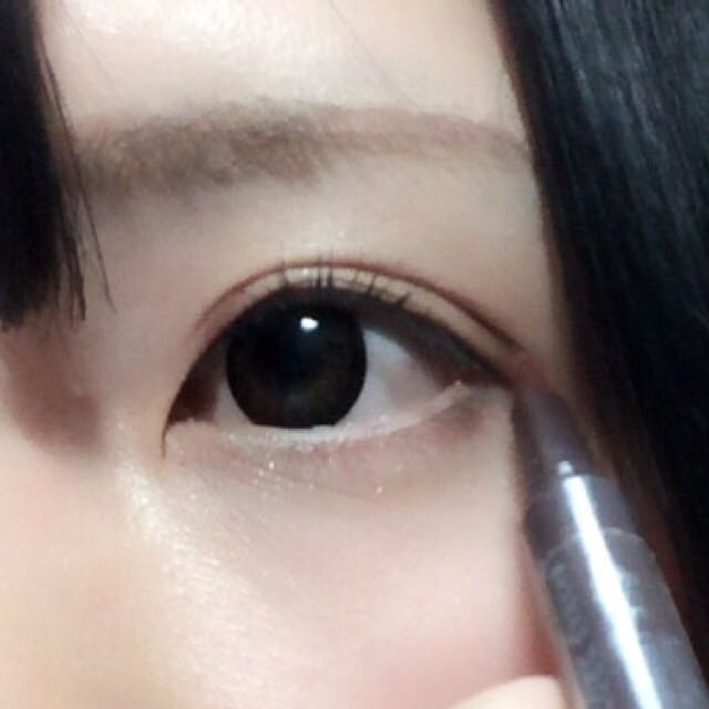 ダブルラインは濃く引くと目を閉じた時に不自然になってしまうので、ブラウンのライナーを筆を立ててちょんちょんと繋げるように描くか、もう使えなくなったインクの出にくいライナーをスッと引くと自然なダブルラインが描けます。