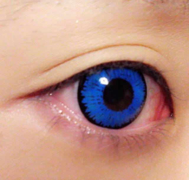 まずカラコンを装着します!神楽は深い青の瞳ということで、原作に近いようにカラコンも選びました( ˆoˆ )/
