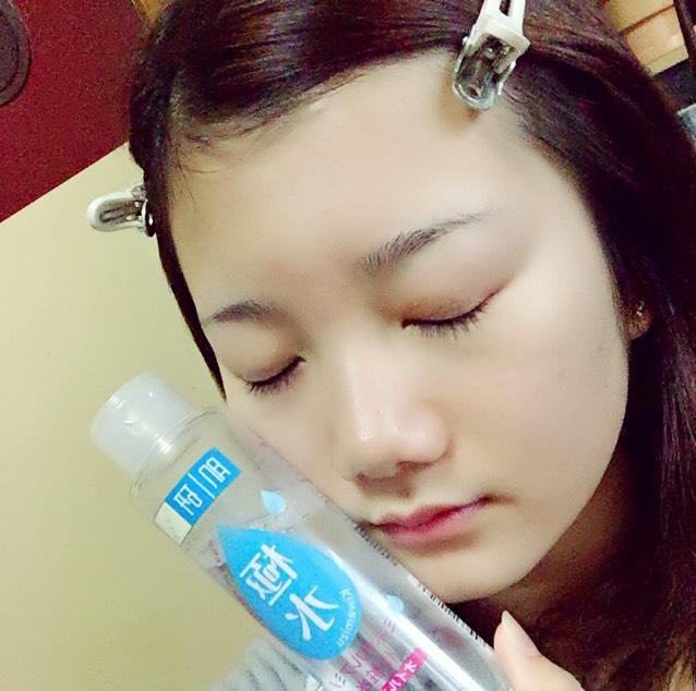 コットンを使って化粧水を顔全体に塗ります。