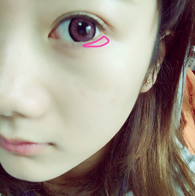 下瞼の目尻側を◁に塗ります