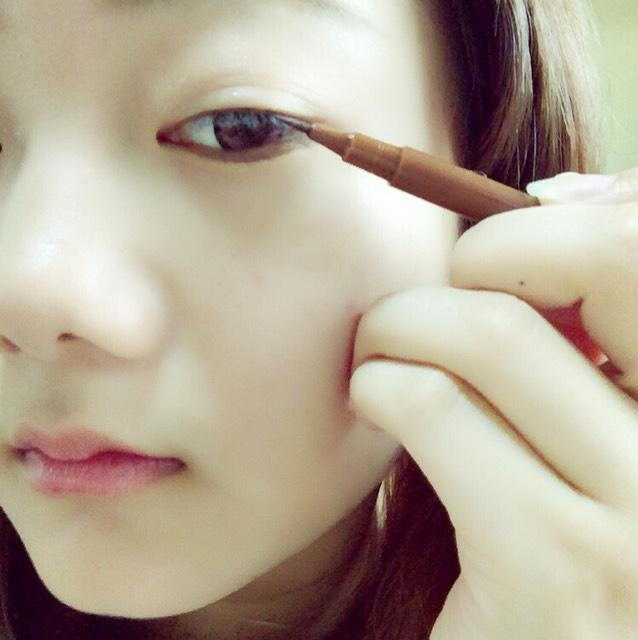 瞼の極を塗ります