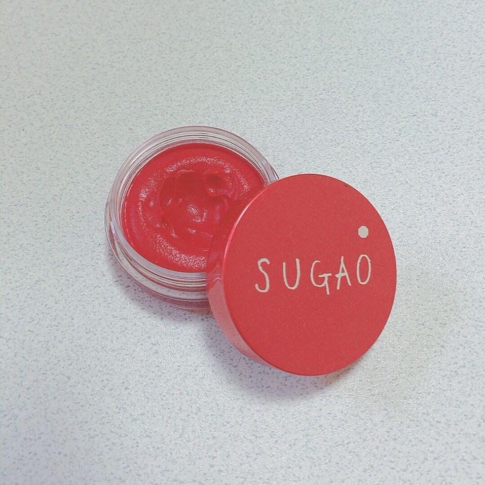 最後にパウダーする前にチークを仕込んでます!使うのはSUGAOのじんわりレッドです!