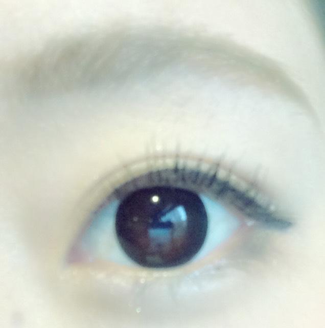 ポイントはアイラインを長めに引くこと。 少しタレさせてひいてます(^ν^) したまぶたの目尻はペンシルの黒でひいてから、アイシャドウでぼかしてます。 目頭から黒目の下までは白のラメを入れて、その下にアイブロウで影を入れて涙袋つくってます!
