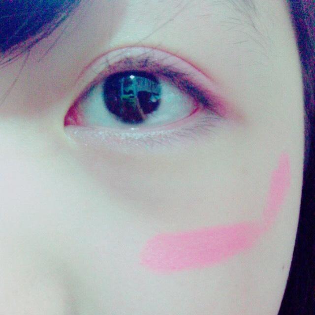 リップで塗るので目の下指1本分の所の頬に横に1回斜め上に1回塗ると高さがちょうど良いです❤︎