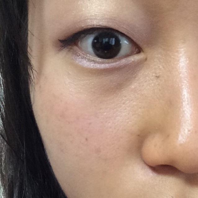 ビューラーでまつげを上げてマスカラを塗ったら、チークを目の下から鼻につながるように塗ります