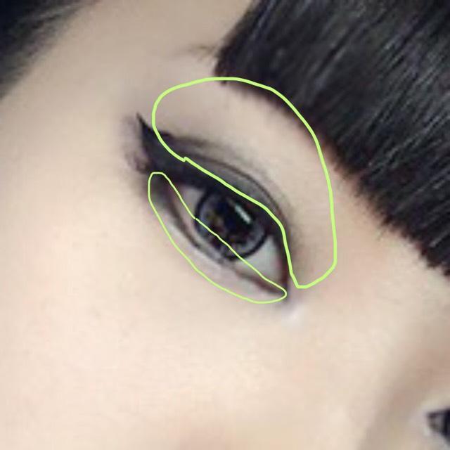 アイシャドウの下は同じ画像で説明しますっすみません。 まずはベースとなる中間色をアイホール全体、目の下に塗ります。