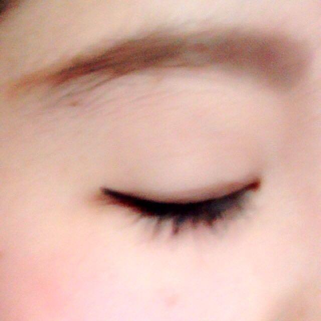眉毛は、眉尻を少し細めに延長させます。 パウダーで毛の少ないとこをたして、カラーリングします。 いつもより、太めに切れ長にかくのがポイントです!
