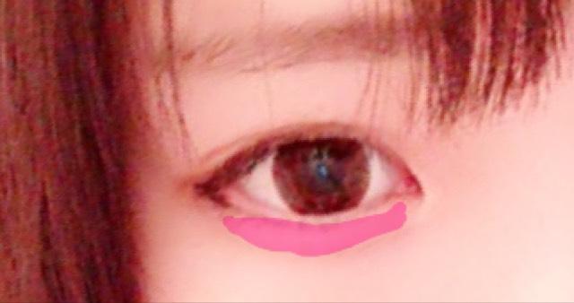 涙袋に自分の肌色より少し明るい色のシャドウを塗ります