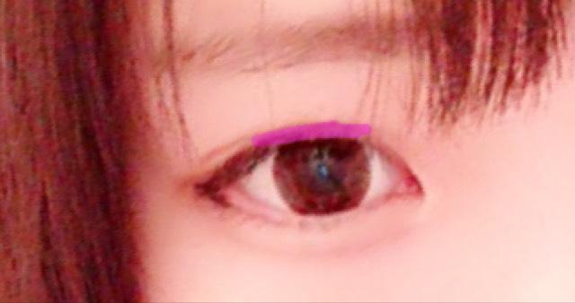 黒目の上部分にブラウンシャドウを塗ります